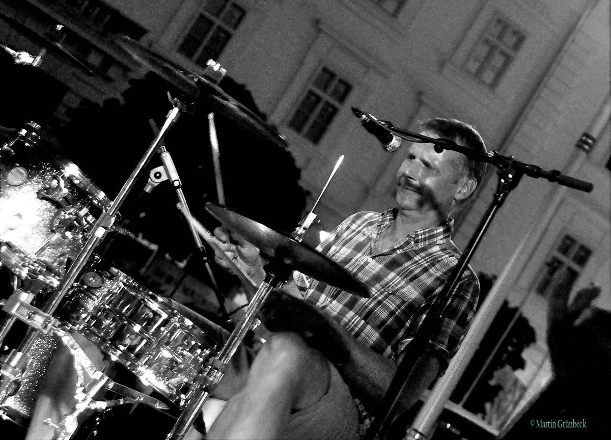 ReinauerAG live @ Rathaus Live Session Korneuburg, 2017, Jens gerö am Schlagzeug, schwarz weiß