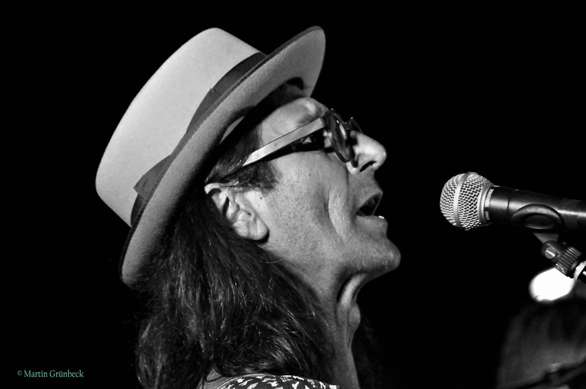 Dixi, singend, Profilaufnahme mit Mikrophon, bei Rathaus Live Session,Korneuburg 2017