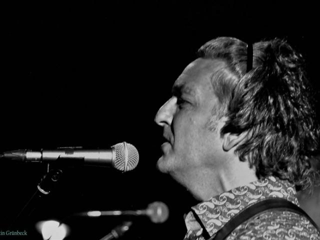 Reinauer, singend, Profilaufnahme mit Mikrophon, Foto von Martin Gruenbeck