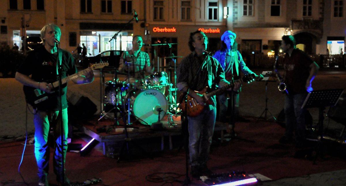 ReinauerAG live am Hauptplatz zu Korneuburg abends, Foto von Martun Gruenbeck